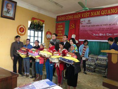 Công ty VIDEC thăm, tặng quà hộ nghèo xã Bắc Sơn và Nam Sơn, huyện Tân Lạc, tỉnh Hòa Bình